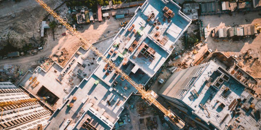 plac budowy w trakcie dnia pracy żurawie obsługiwane przez pracowników architekci