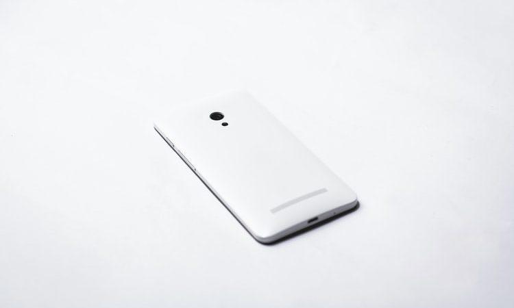 Telefon leżący na stole