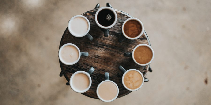 ogromny wybór kaw na stole symbolizujący trud podejmowania decyzji